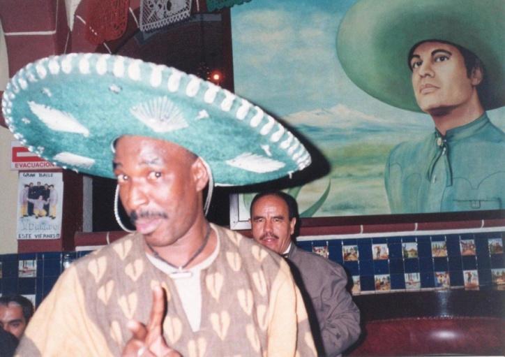 Amidou-Ba-con-sombrero-y-Juan-Gabriel-1